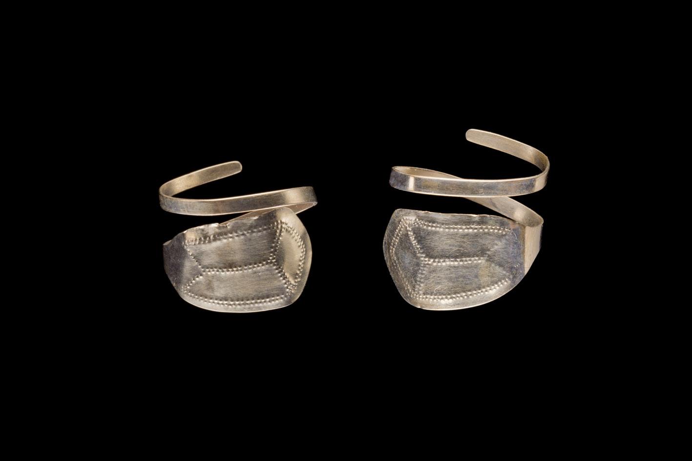 Zwei kurze silber-goldene Spiralen mit je einer flachen Endplatte