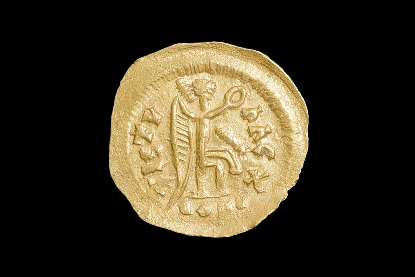 Goldmünze mit stilisierter Göttin