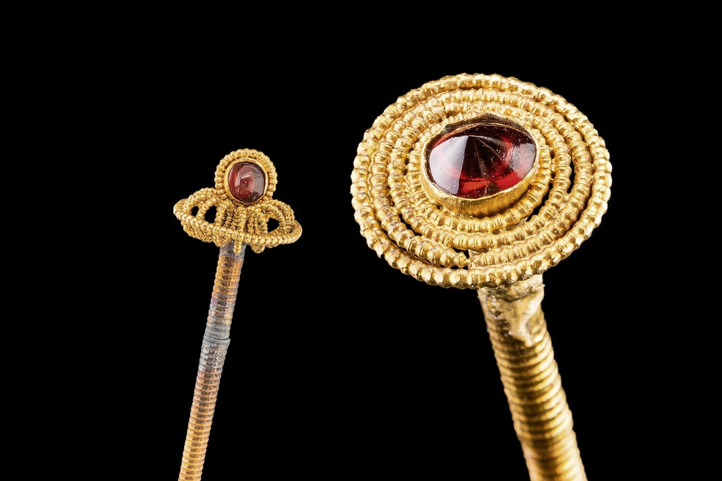 Zwei goldene Haarnadeln, filigran, mit roten Steinen besetzt