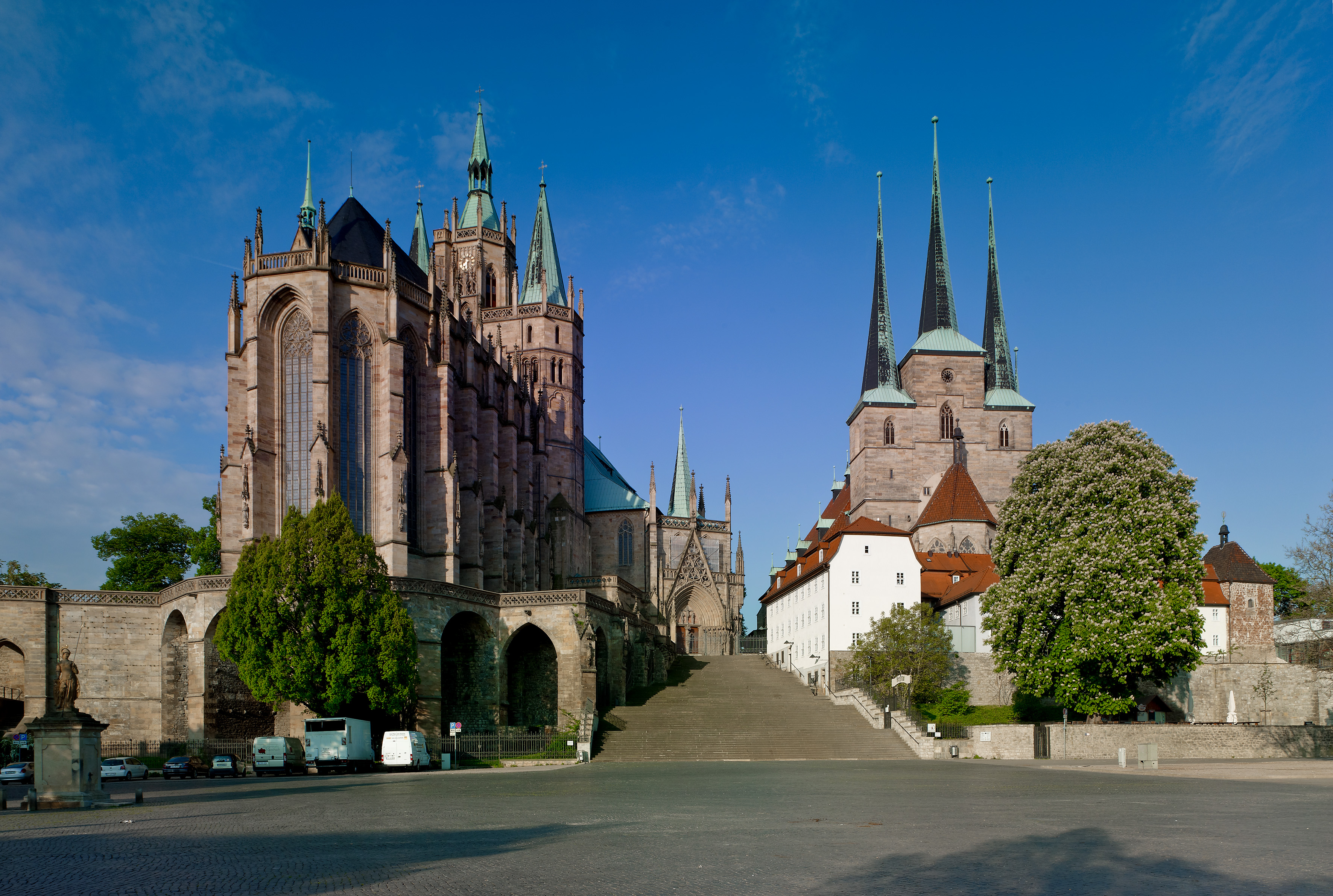 Ansicht vom Domplatz auf Dom St Marien und rechts daneben Severikirche