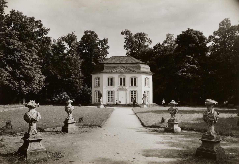 Historisches eines in einem Park befindlichen pavillionähnlichen Gebäudes