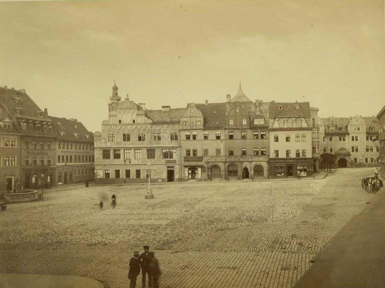 Historisches Foto, Blick auf Marktplatz mit umstehenden Gebäuden