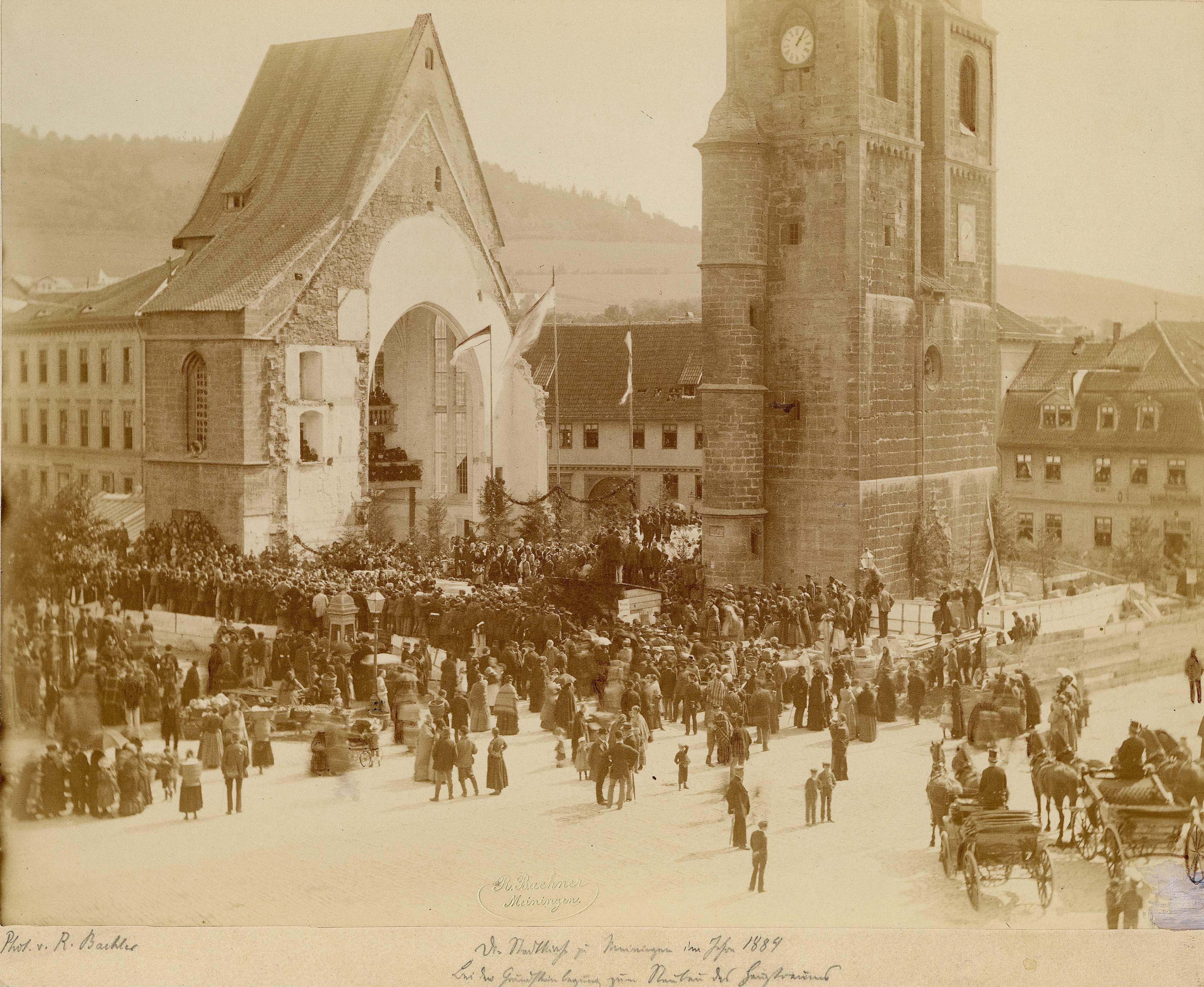 Historisches Foto, viele Menschen vor halb zerstörter, aber geschmückter Kirche