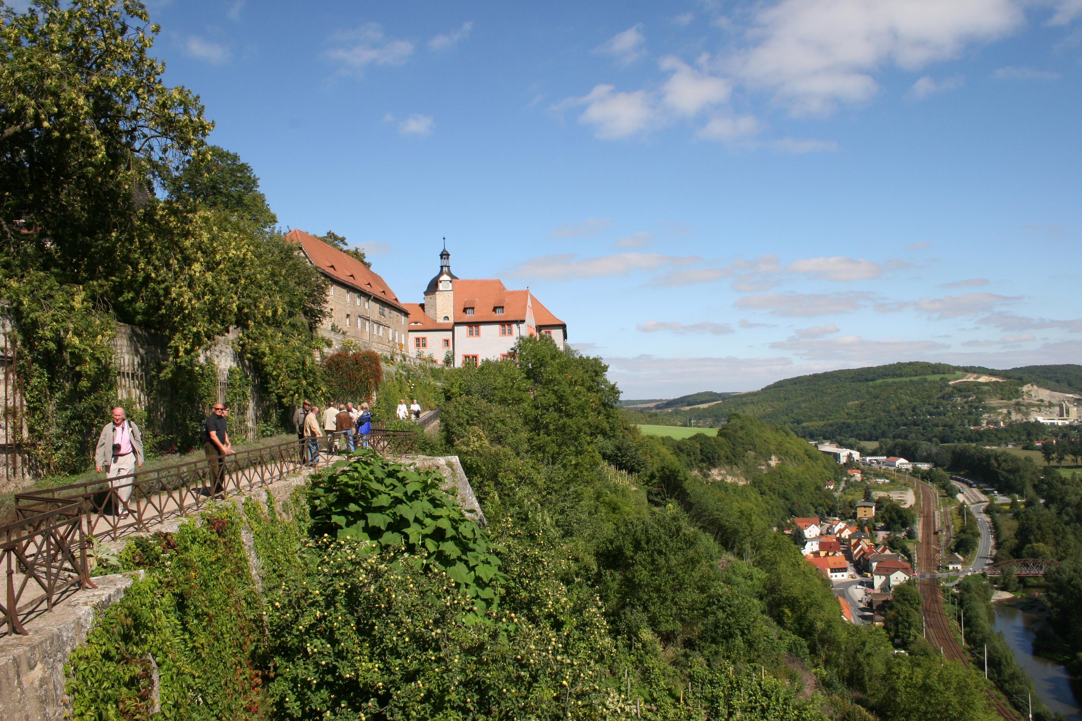 Links die Dornburger Schlösser mit Gästen, rechts Blick ins Tal