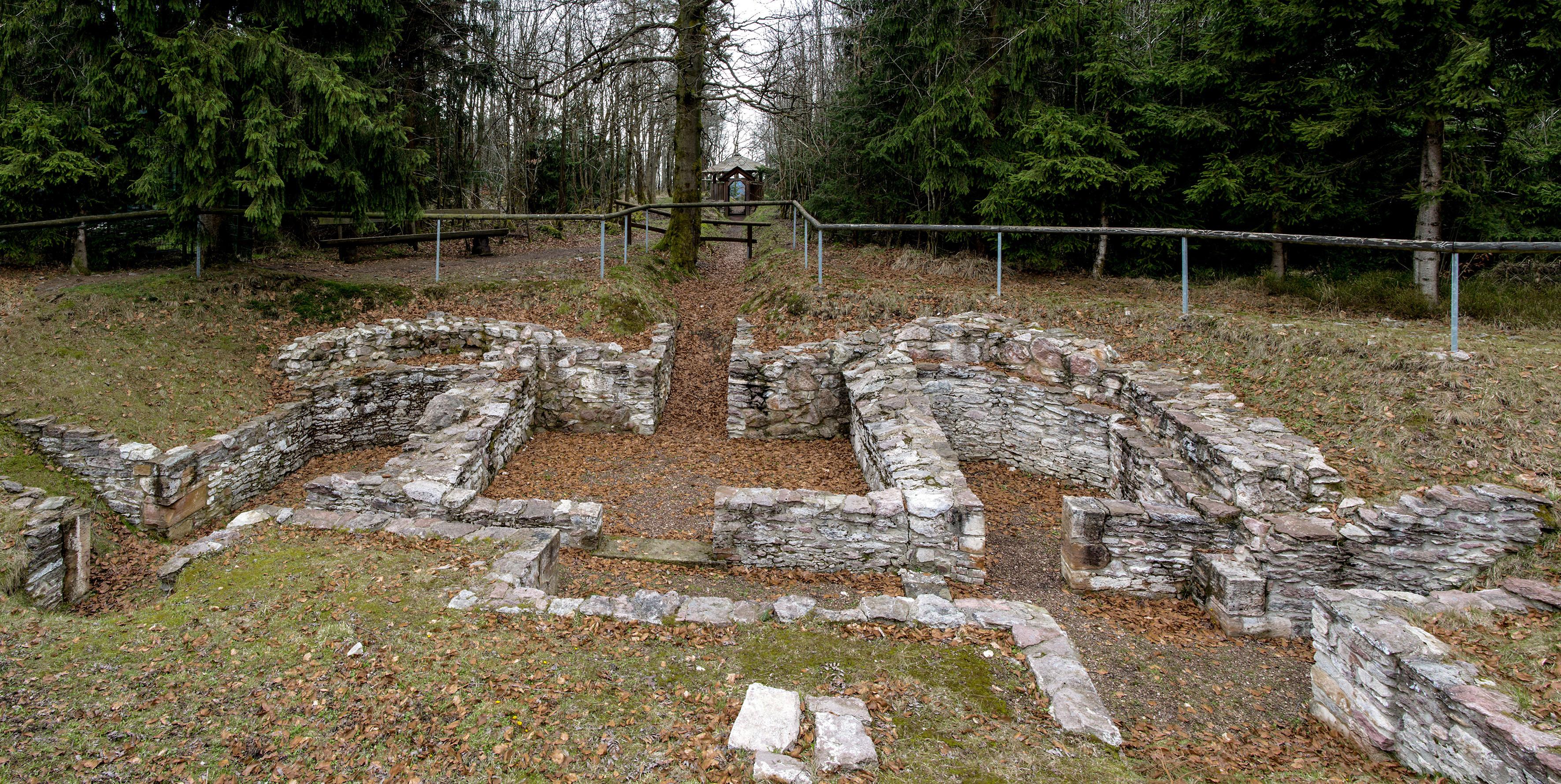 Steinerne Mauerfundamente sind im Boden sichtbar