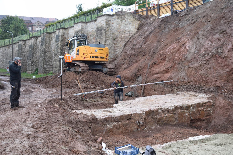 An sehr hohen Befestigungsmauer ist altes Mauerfundament kniehoch freigelegt