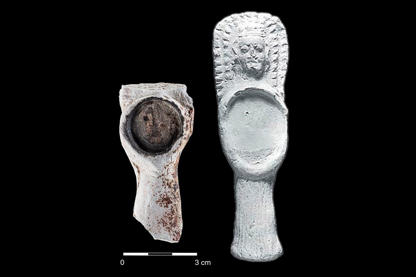 Zwei ähnliche Funde aus hellem Ton, der rechte mit Gesicht und modelliertem Haar