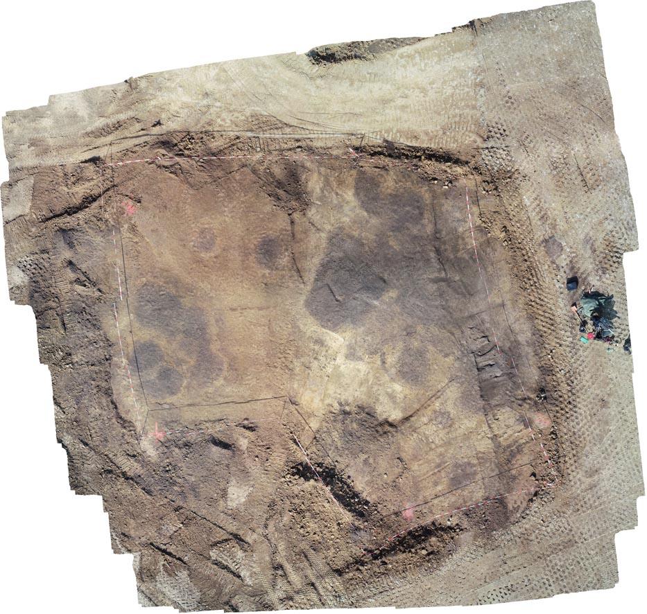 Luftbild von der Grabungsfläche mit Erdverfärbungen