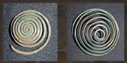 Zwei Bronzespiralen