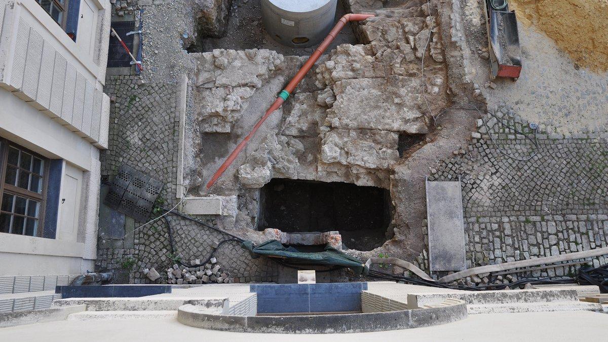 Zwischen Pflasterung, Gewölberesten und Leitungen liegt enge Grabungsfläche