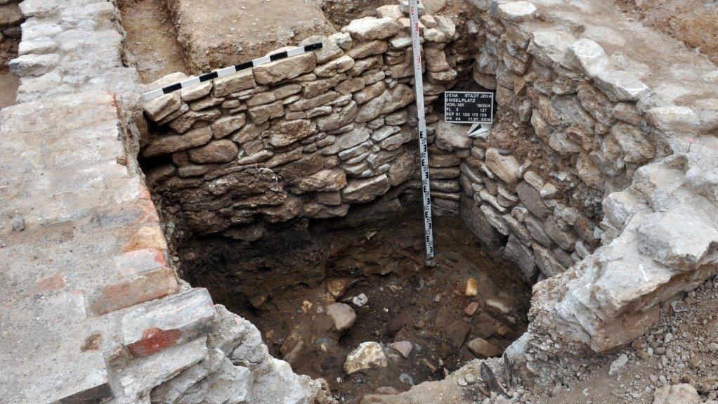 Auf einer Grabung sind die hoch erhaltenen Mauern eines Kellers freigelgt