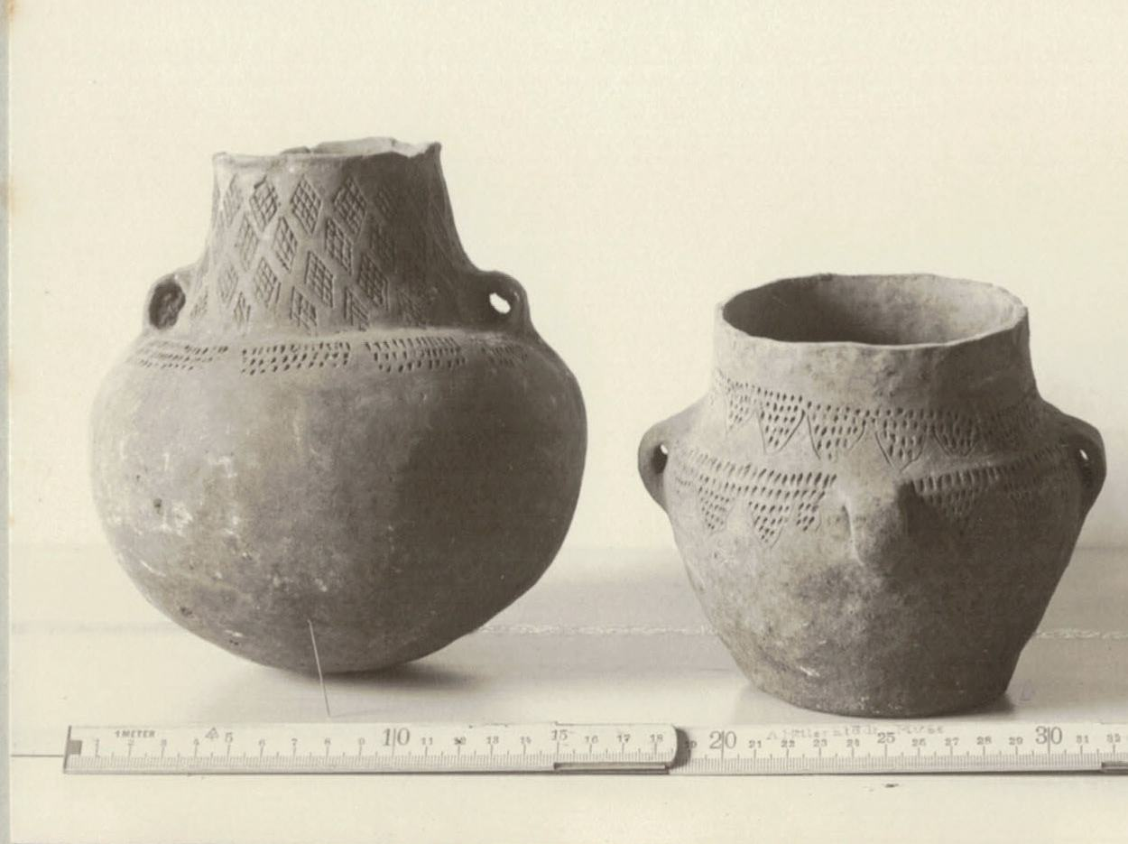 Alte schwarz-weiß-Fotographie von drei Tongefäßen mit Zollstock davor