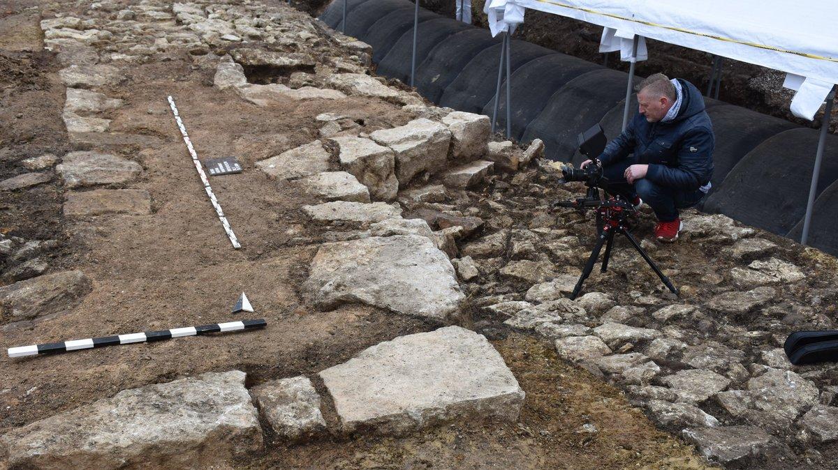Foto: Auf der Grabung sind Fundamente von Mauern aus großen Steinen freigelegt