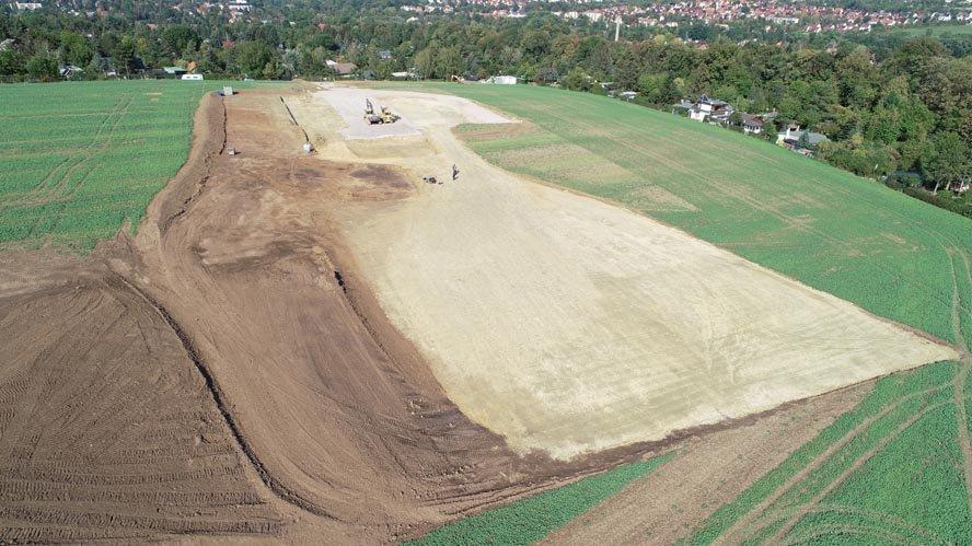 Luftbild über die Grabungsfläche zwischen grünen Feldern