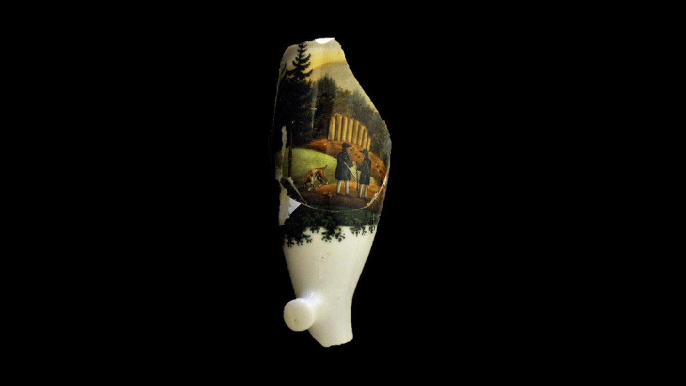 Runder Pfeifenkopf, filigran mit Figuren und Landschaft bemalt
